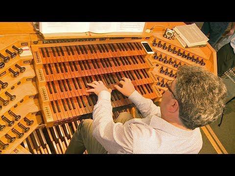 Herr der Tasten - Ulrichsmusiker Peter Bader bei der Arbeit