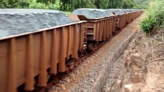 Trem cargueiro de minério de ferro desce carregado...