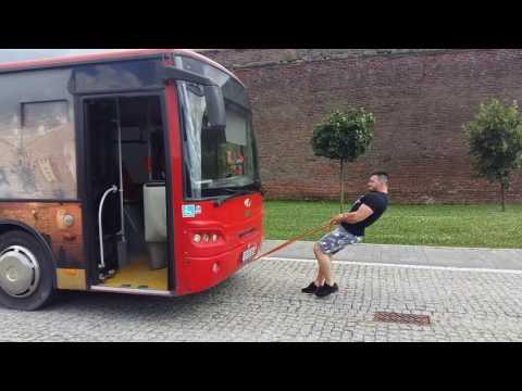 Ronel Eusebiu trage un autobus după el la Alba Iulia