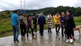 Gambar cover 村民大聚会,秋子和老奶奶合唱了一首歌,太搞笑了