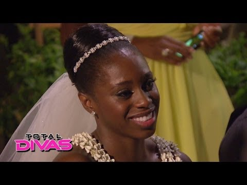 Naomi is welcomed into the Uso family: Total Divas, April 20, 2014
