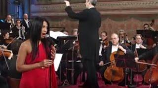 "Anggun C Sasmi Nyanyi ""Malam Kudus"" Natal di Italia"
