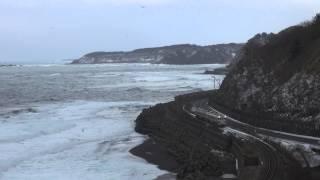 【冬の五能線】海鳥舞う中で広戸を発車するキハ
