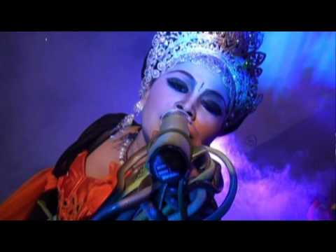 Neng Leor On Stage