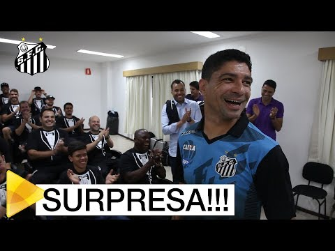 Elenco trolla Renato em homenagem de 400 jogos