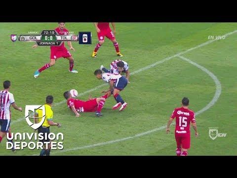 Terrible 'plancha' de Osvaldo González a 'Chofis' que le cuesta la roja