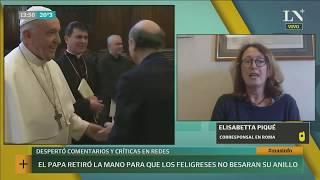 El Papa Francisco retiró la mano para que los feligreses no besaran su anillo | +INFO por LN+