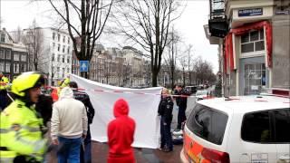 Toerist valt van grachtenpand in Amsterdam