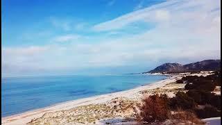 Godiamoci un panoramica sulla spiaggia di La Caletta. I magnifici colori delle spiagge e dei mari della Sardegna. Uno spot ideale per fare kitesurf. Visita il ...