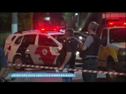 Jovem é baleado durante assalto em ponto de ônibus
