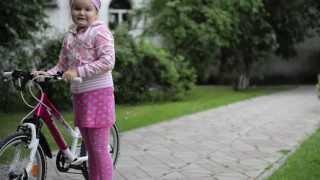Учимся кататься на двухколёсном велосипеде(С помощью этого короткого видео вы поймёте как лучше всего научить своего ребёнка кататься на двухколёсном..., 2013-10-06T07:01:35.000Z)