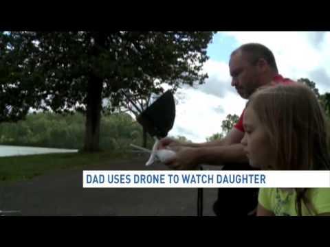 Un padre vigila a su hija de 8 años con un dron