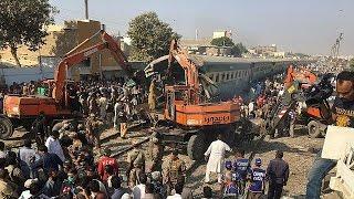 ده ها نفر در برخورد دو قطار مسافربری در کراچی پاکستان کشته و زخمی شدند - world
