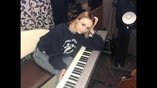 """Затыкайте уши. Шурыгина вернула нас в 2007-й, записав песню в духе """"Многоточия"""""""