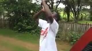رجل افريقي يشرب الماء ويخرجه