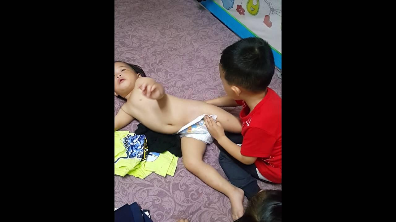 三歲哥幫二歲妹穿衣服