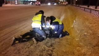 Полиция что-то делает с молодым человеком Екатеринбург Челюскинцев(3)