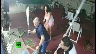 Download Video Florida: Hombre con machete se enfrenta a un grupo armado MP3 3GP MP4