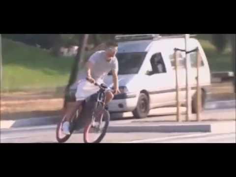 Así llegó Piqué al entrenamiento: ¡en bici eléctrica!
