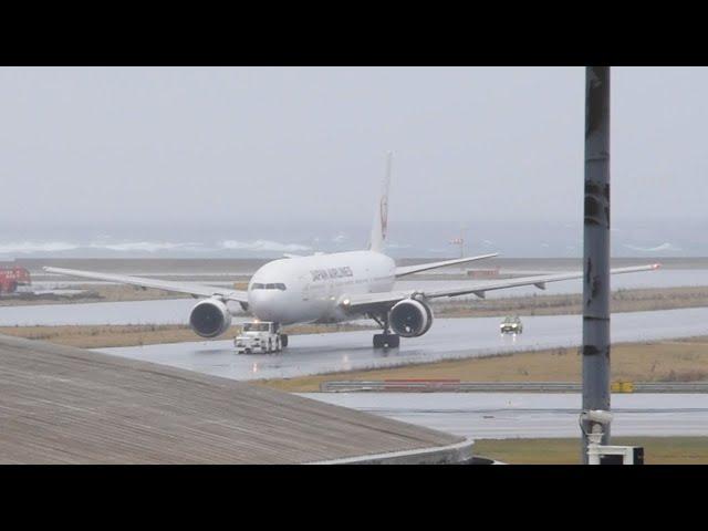 JAL機が緊急着陸 左側エンジンに不具合か 那覇空港