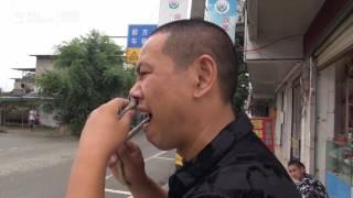 Мастер кунг фу Ву Сун выполняет трюки со змеями