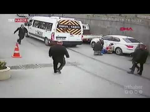 Ayağı mazgala takıldı, minibüsün altında kalmaktan son anda kurtuldu