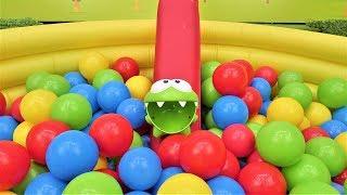 Игры Ам Няма - Ам Ням в бассейне с шариками.