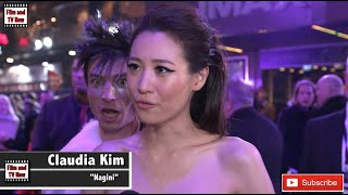 Download Video Ezra Miller photobombs Claudia Kim's red carpet interview at Fantastic Beasts 2 UK Premiere! MP3 3GP MP4
