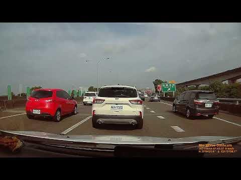 國道一號,台北交流道,違規使用路肩併入車道,慘遭後方BMW車輛比中指