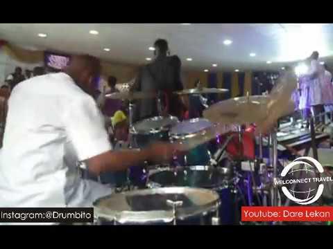 Dare jamming Chukwu Ebuka from LCGC medley during the eRev concert 2016