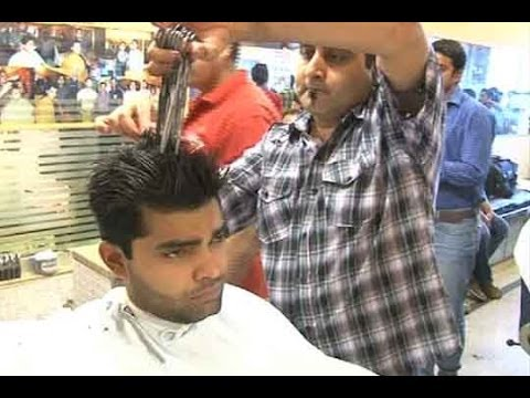 Dunya News-Hairdresser grooms Umar Akmal using 14 scissors for Henna Ceremony