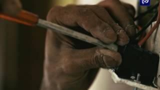 محمد الأزايدة يتحدى إعاقته بإرادة من حديد ويعمل فنياً للكهرباء