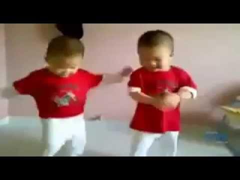Bebes gemelos bailando el Gangnam Style