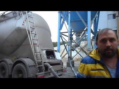 (Цементовоз) Выгрузка в почти полную бочку,цемент сыпется на голову......д.Лешково.