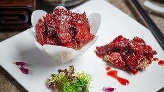 Говядина рецепти.Обжаренные кусочки говядины в малиновом соусе с грецкими орехами