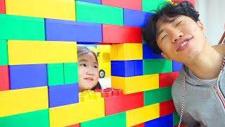 Boram e pai fingem brincar com blocos de brinquedo – Playing with Toy Blocks