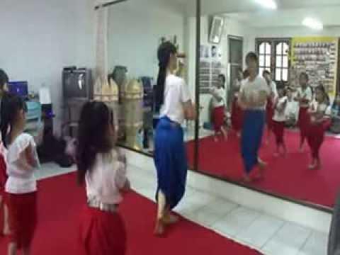 ฟ้อนล่องแม่ปิง สำหรับเด็กเล็ก - บ้านรำไทย ดอนเมือง (www.banramthai.com)