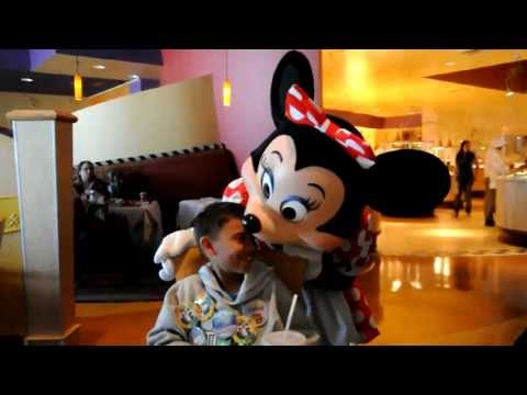 Minnie Mouse Falls in Love with Jr. at Goofy's Kitchen