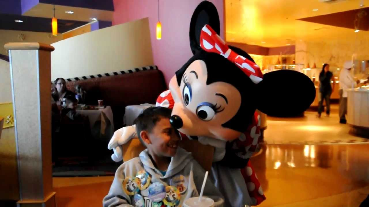 Minnie Mouse Falls in Love with Jr. at Goofy\'s Kitchen - YouTube