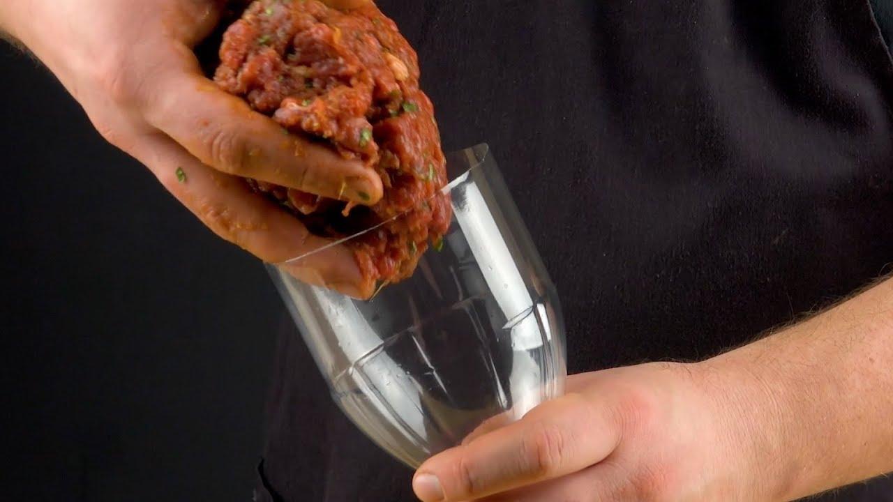 Зачем повар засовывает фарш в пластиковую бутылку?! Потрясающий результат!
