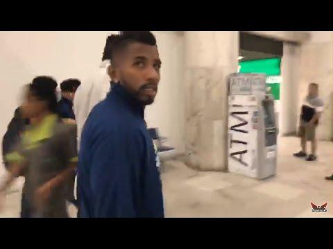 Jogadores do Flamengo desembarcando sob muito protesto no aeroporto do Rio! Rodinei saiu pelo lado!
