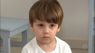 Menino brasileiro que nasceu autista surpreende ao falar só em inglês
