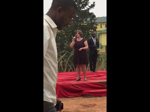 Jessica synger en flott sang. Better Globe Function in Kabale Uganda