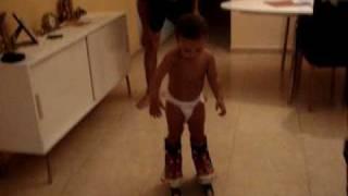 un bebe de 22 mses patinando