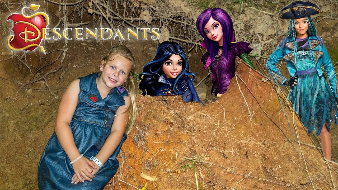 Descendants 2 Assistant Hunts For Mal And Evie Toys Youtube