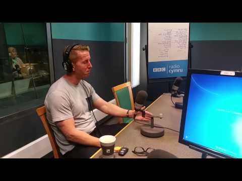 Iwan Roberts: Gem Israel yn fwy na gêm Belg