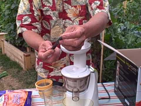 Juicing Carrots in the Hurom Slow Juicer by DiscountJuicers.com (part 1 of 2) - YouTube