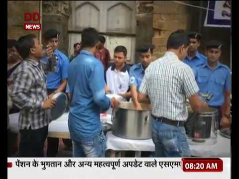 Mumbai: Indian Navy distributes breakfast and tea to people at CSMT station