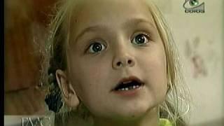Девочка поет относительно Россию