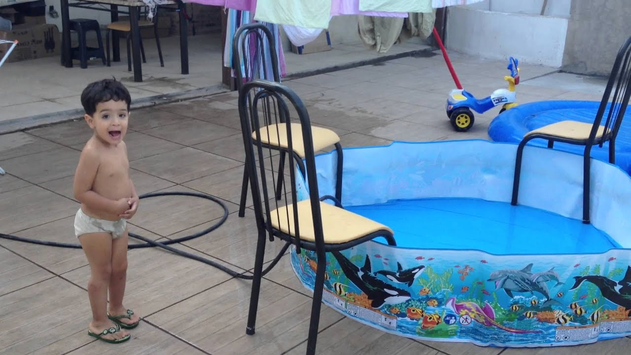 Modo inteligente de encher uma piscina infantil youtube for Piscina infantil